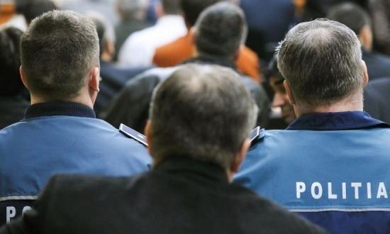 Un agent de poliţie din Iaşi este urmărit penal. A mers la casa unui interlop care nu ştie să scrie şi să citească pentru a-i duce o citaţie