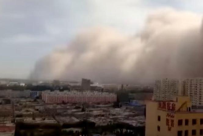 Furtună de nisip în China: Traficul a fost paralizat - VIDEO