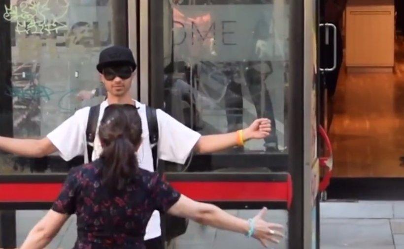 Gest impresionant al unui tânăr musulman după atacul din Manchester! Ce le cere oamenilor - VIDEO