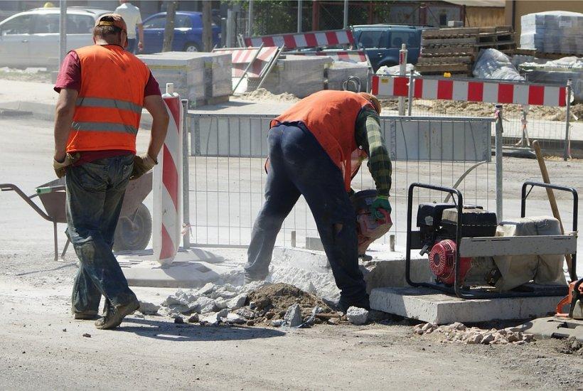Incident șocant în județul Alba! Angajat al unei firme de construcţii, bătut pentru că nu a reparat strada cum doreau localnicii