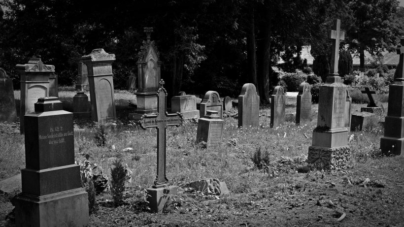 S-a dus la cimitir și a început să sape la mormântul fratelui său. Ce a urmat este de-a dreptul șocant (FOTO+VIDEO)