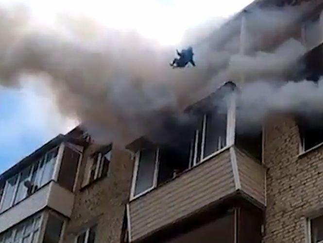 Și-a aruncat copiii de la ultimul etaj în timpul unui incendiu. Este remarcabil ce au făcut oamenii de pe stradă - VIDEO