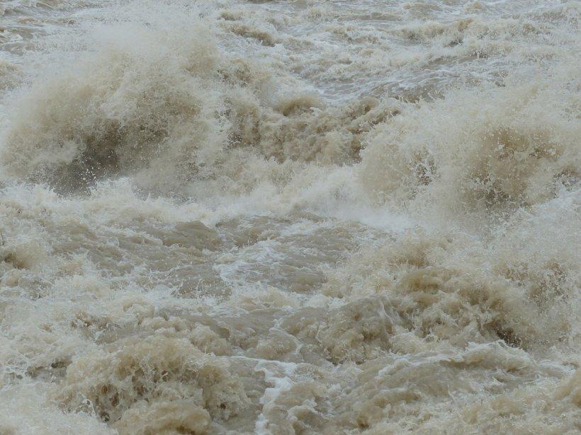Cod galben de inundații până la miezul nopții. Ce bazine hidrografice sunt vizate