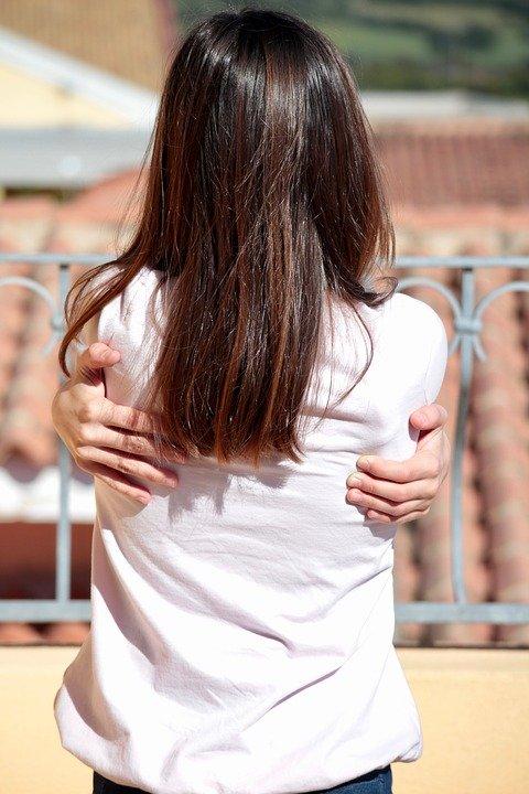 Motivul bizar pentru care o adolescentă a acceptat să facă sex cu tatăl ei. Fratele ei mai mic a aflat totul și a sunat la poliție! Detaliile unui caz care i-a șocat pe mulți