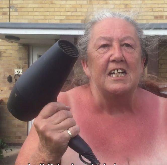 O femeie stă cu uscătorul de păr în mână, zilnic, în fața casei. Veți râde cu lacrimi când veți afla motivul - VIDEO