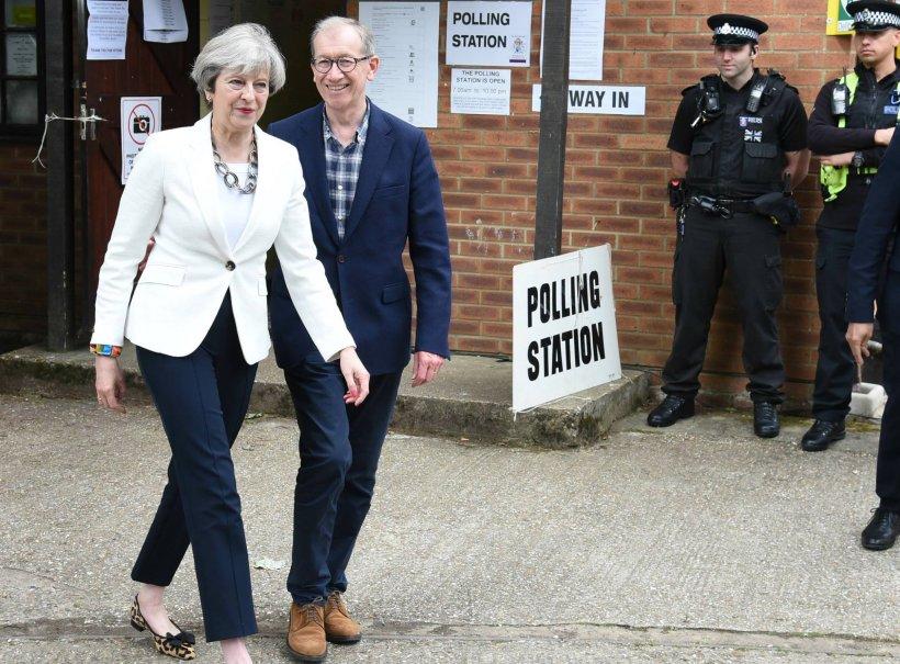 Alegeri Marea Britanie. Theresa May va cere permisiunea reginei de a forma un Guvern, după ce ar fi ajuns la un acord de formare a majorităţii cu DUP