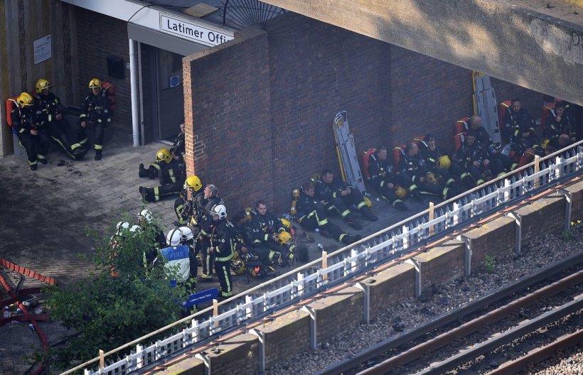 Imagini cu eroii de la Grenfell Tower. Sute de pompieri și polițiști se luptă de ore bune cu incendiul devastator