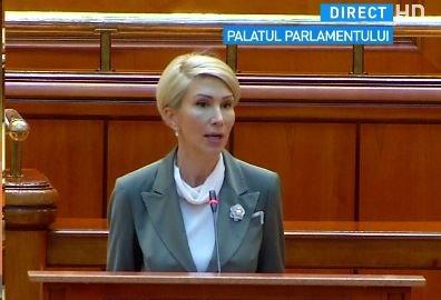 Mai mulţi parlamentari PSD au părăsit sala de plen în timpul discursului Ralucăi Turcan