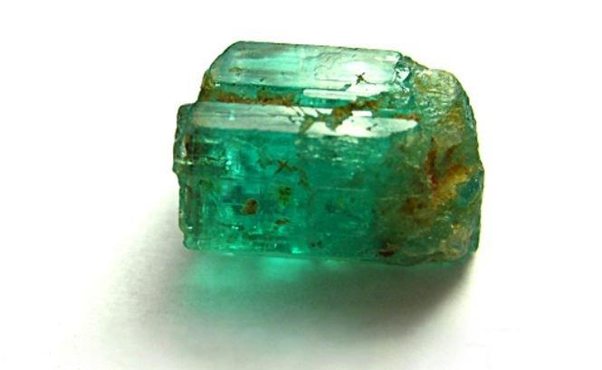 Un miner a descoperit o rocă din smarald care valorează 300 de milioane de dolari. Vezi cum trăieşte după marea descoperire