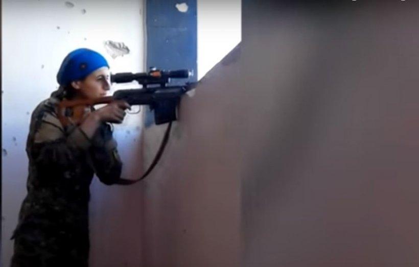 O femeie a fost la un pas de moarte, după ce un glonț i-a trecut razant pe lângă cap - VIDEO
