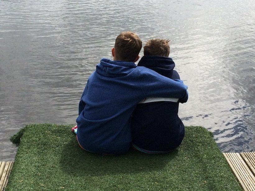 O mamă și-a lăsat cei doi băieți, de șase și 11 ani, singuri acasă și a plecat la Paris să-și planifice nunta