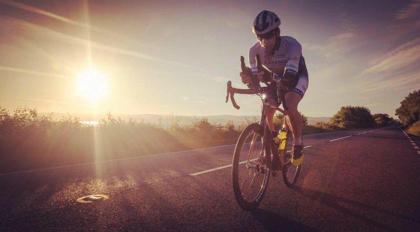 Un britanic vrea să facă ocolul lumii pe bicicletă, în doar 80 de zile. Cât timp va pedala zilnic