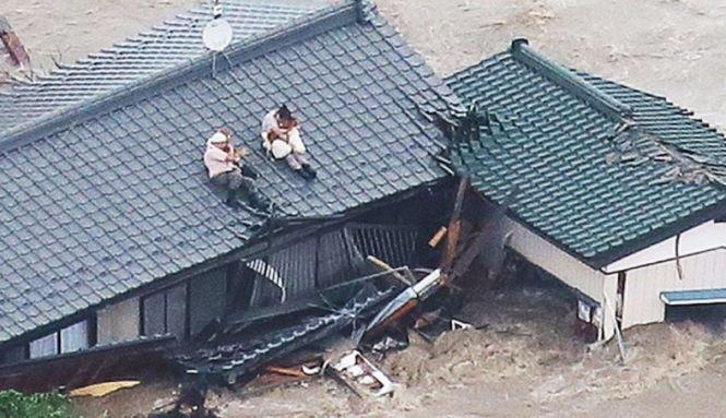 După ploi, inundații catastrofale. Imaginile-șoc care fac înconjurul internetului. Ce țineau în brațe acești oameni cățărați pe acoperișul casei - FOTO