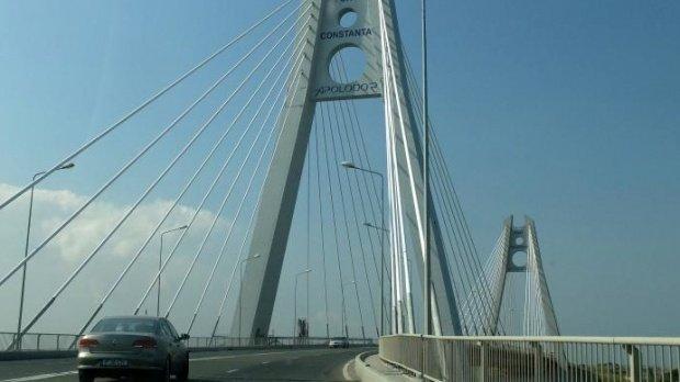 Pericol pe podul Agigea! O bucată de beton desprinsă din pilonul central a căzut pe carosabil