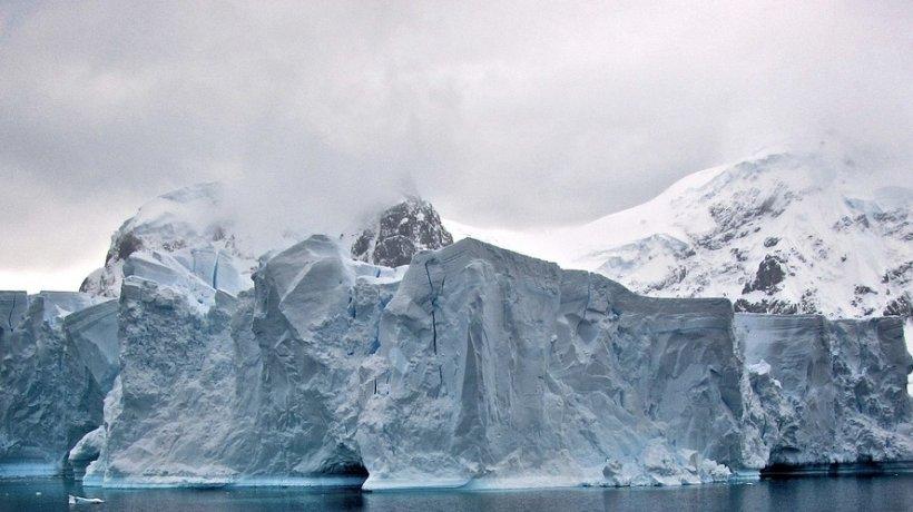 """Un bloc de gheaţă uriaș este pe punctul de a se desprinde din calota glaciară a Antarcticii. ,""""Nu ştim ce se va întâmpla"""""""