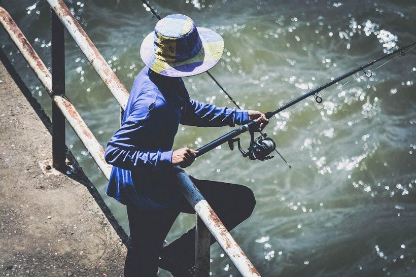 Doi pescari din Târgu-Jiu au prins captura vieții lor. Nu le-a venit să creadă ce au reușit să scoată din apă - FOTO