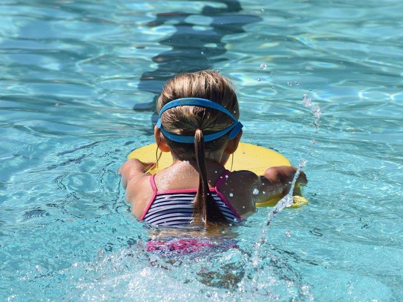 Atenţie, părinţi! Riscul la care sunt supuși copiii la piscină sau la mare - VIDEO