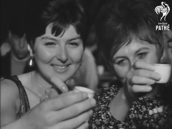 VIDEO. Litoralul românesc în anii de glorie ai comunismului. Cum se distrau turiștii la Hanul Piraţilor, localul legendar din Mamaia Sat