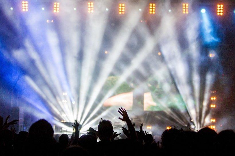 Peste 90 de persoane, intoxicate cu alcool în timpul unui concert în SUA. Majoritatea pacienţilor, minori