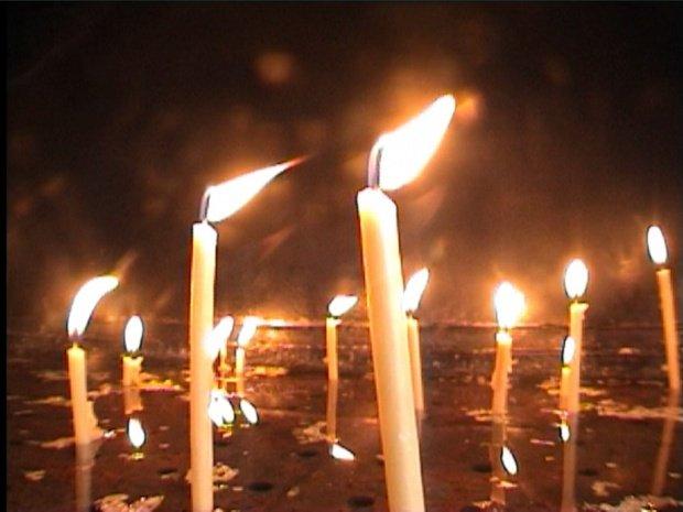 Ce greşeală fac enoriaşii când aprind lumânări în biserică