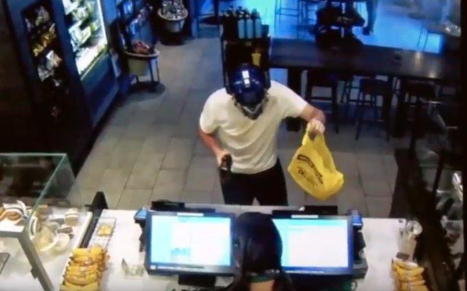 Jaf armat într-o cafenea din Statele Unite. Reacția incredibilă a casierei - VIDEO