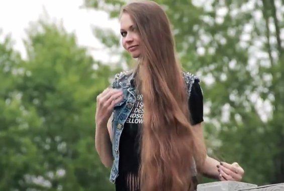 Nu și-a mai tuns părul de la 14 ani. Cum arată tânăra supranumită Rapunzel - VIDEO
