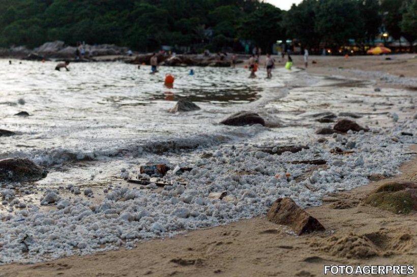 Mai multe plaje din Hong Kong au fost închise după ce au fost acoperite de spumă. Localnicii spun că nu au mai văzut aşa ceva