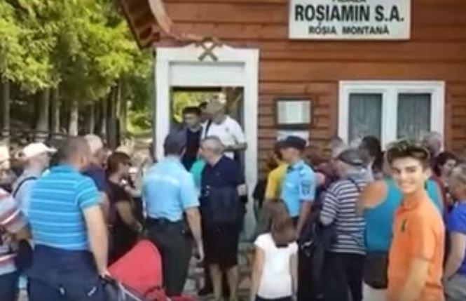 Tăriceanu, apostrofat la Muzeul de la Roșia Montană. Vizitatorii îl acuză că ar fi intrat peste rând - VIDEO