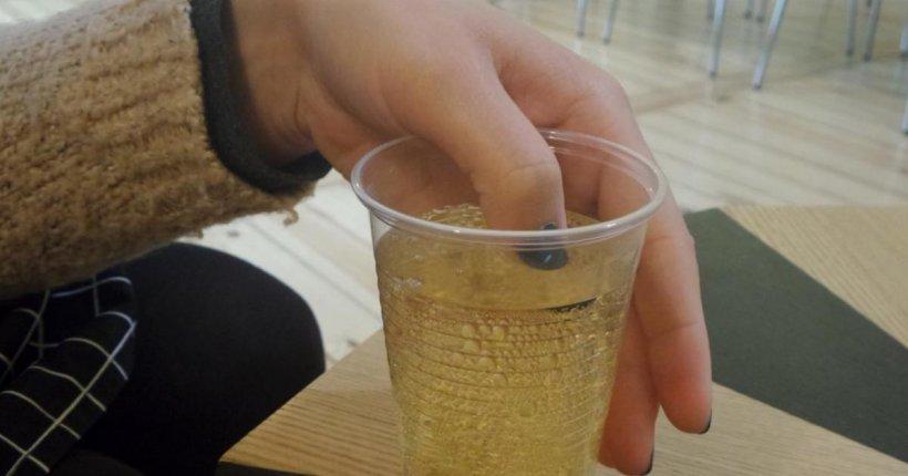 Și-a introdus discret degetul în paharul pe care și-l comandase la bar. Când a văzut ce se întâmplă cu unghiile ei, a sunat imediat la Poliție