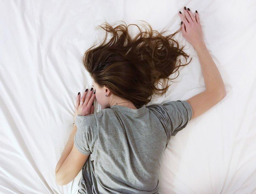 Nu poți dormi noaptea? Remediul asta vechi de sute de ani face minuni pentru tine!