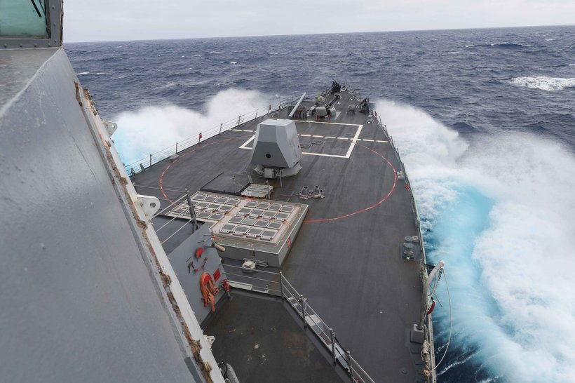 O navă militară americană a intrat în coliziune cu un vas comercial la est de Singapore: 10 marinari dispăruţi