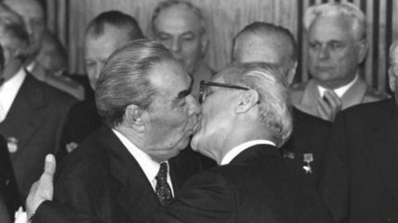 Povestea sărutului dintre doi lideri politici care a şocat întreaga lume