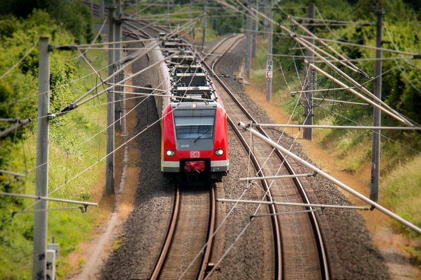 Accident în Vâlcea. Un tren lovit un TIR, iar un vagon s-a răsturnat