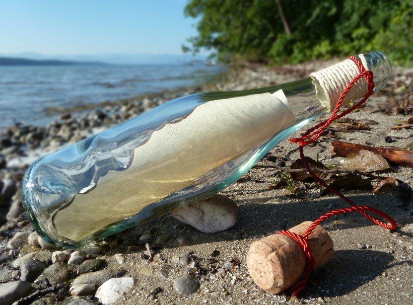 """A găsit o sticlă în apă și a deschis-o. Ce a descoperit un pescar în interior l-a lăsat fără cuvinte. """"Vă mulţumesc că aţi luat această sticlă. Drept recompensă..."""""""