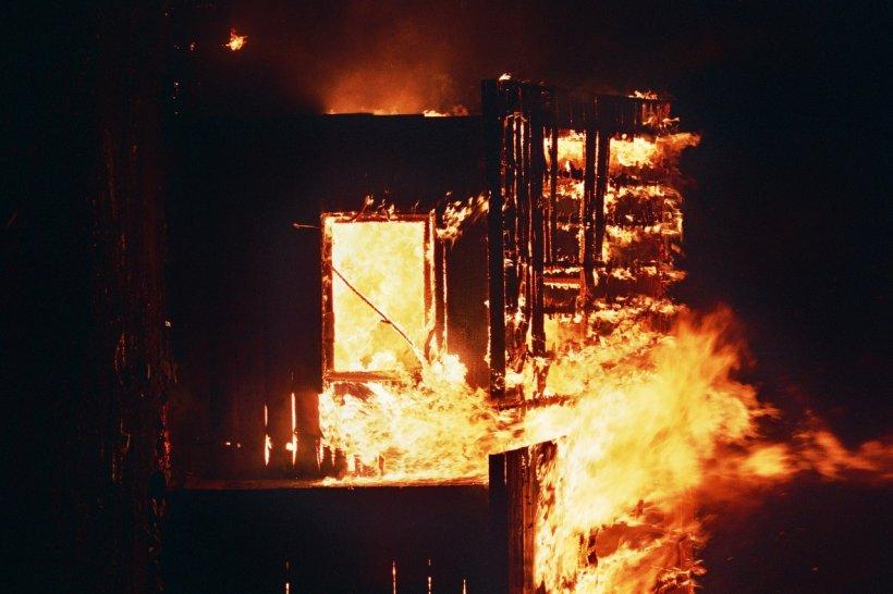Panică într-o comună din România! Un individ incendiază casele oamenilor