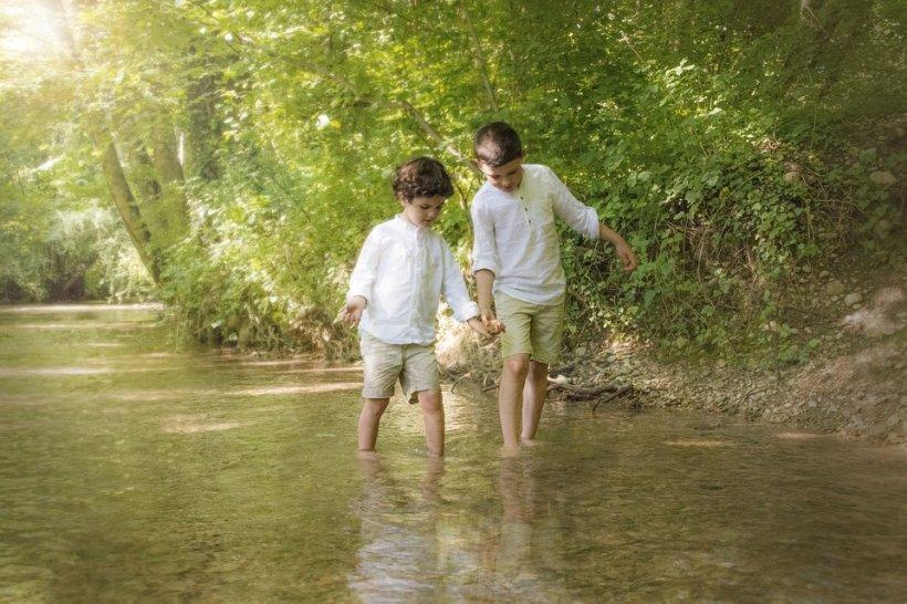 """Un băiețel de zece ani a reușit să își salveze fratele de la înec, după ce a """"copiat"""" o scenă dintr-un film"""