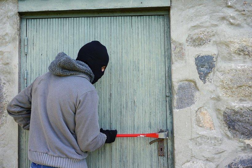 Cum să îți aperi casa de hoți. Sfaturile polițiștilor