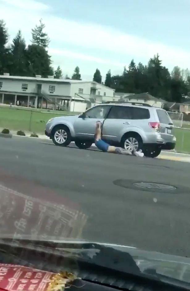 Imagini șocante pe o șosea! Un bărbat pe jumătate gol, târât de un șofer pe lângă mașină. Ce explicație a avut conducătorul auto pentru gestul său (FOTO+VIDEO)