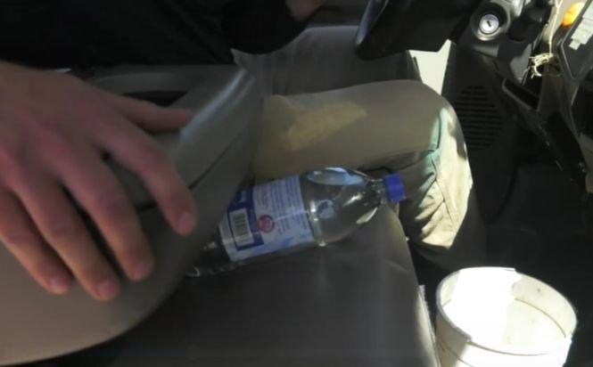 Nu lăsa niciodată o sticlă cu apă în mașină! Cum poate izbucni un incendiu - VIDEO