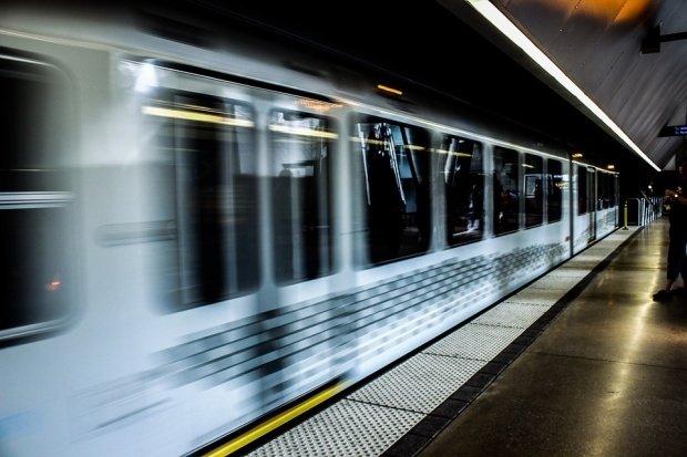 O tănără suspendată deasupra liniilor de metrou, la un pas de sinucidere. Cum a reușit să o salveze un bărbat
