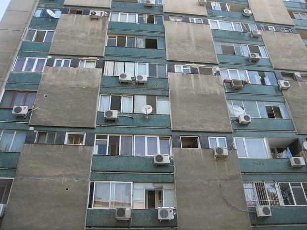 Tentativă de suicid în Capitală. Un bărbat a amenințat că se aruncă de pe bloc