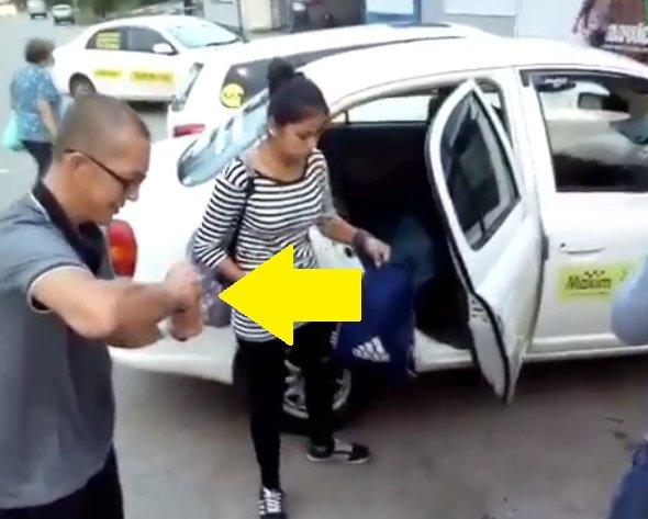 Cum a umilit un taximetrist două cliente care nu au avut bani pentru cursă. Fetele au acceptat totul fără să se opună - VIDEO
