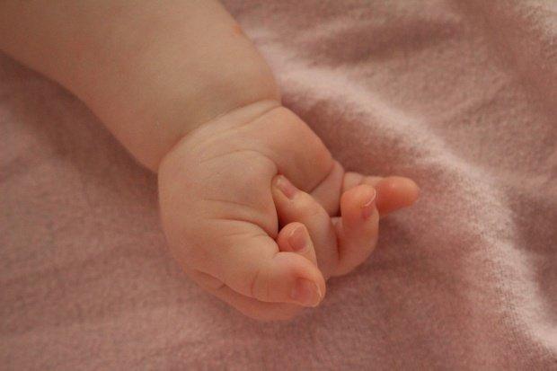 Bebeluşul aruncat de mama sa într-un WC a murit