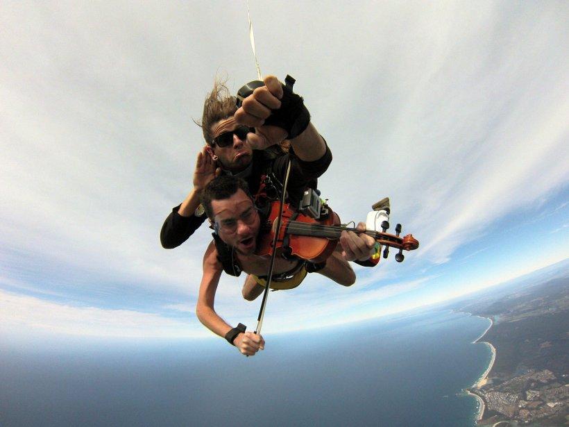 Experiență inedită. A sărit gol cu parașuta, cântând la vioară - VIDEO
