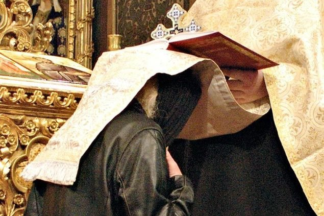 O femeie batuta de soarta a mers la preot sa se spovedeasca. S-a asezat in genunchi si a spus tot ce avea pe suflet. Preotul a dat-o afara din biserica imediat!