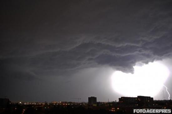 FENOMENE meteo EXTREME în Bucureşti. Apelul făcut de Gabriela Firea
