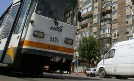 Panică în Capitală. Acoperișul unei clădiri a căzut peste șina de tramvai