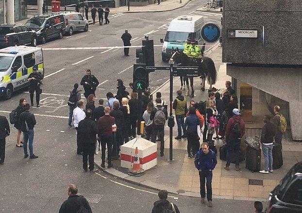 Alertă la Londra! Șase străzi sunt închise după ce a fost găsit un pachet suspect