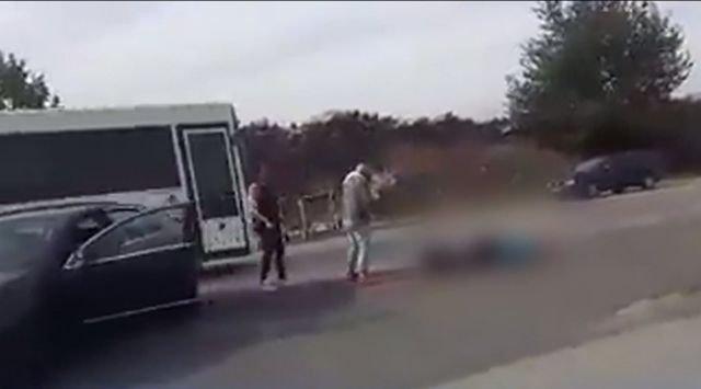Bătaie în benzinărie! Victima, lăsată să zacă pe asfalt. Imaginile au stârnit valuri de revoltă pe Internet