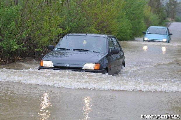 Sirenele au sunat la Târgu Jiu după ce o ploaie torențială a inundat străzile din oraș. Oamenii sunt disperați